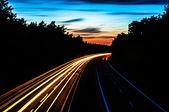 автомобильные фары на шоссе ночью — Стоковое фото