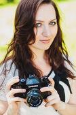 Jeune fille brune et appareil photo rétro — Photo