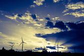 Turbiny wiatrowe na zachodzie słońca — Zdjęcie stockowe