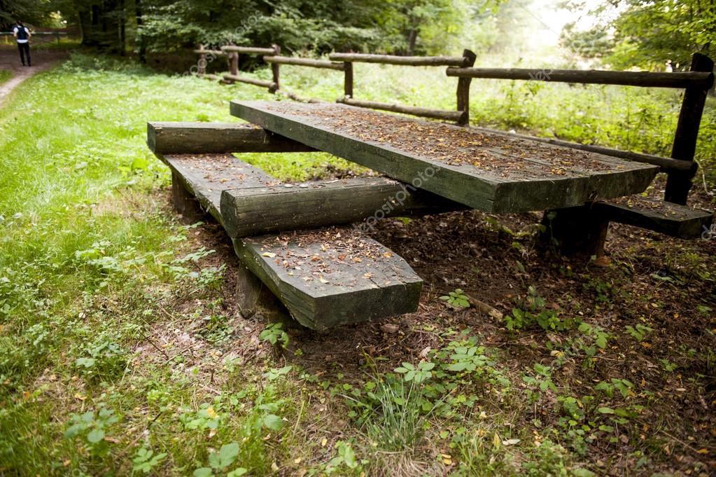 Mesas de picnic de madera en el bosque fotos de stock for Mesa de picnic madera