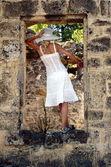 Meisje in venster in venetiaanse citadel, zakynthos — Stockfoto
