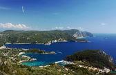 Vista a la península y la bahía en la isla de corfú — Foto de Stock