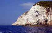 在扎金索斯岛的海岸上的白色岩石 — 图库照片