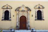 Kolommen en de ingang van de kerk in de stad zakynthos — Stockfoto