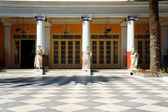 The columns and statues in the palace Achilleon — Stock Photo