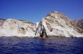 Coast with white rocks on cliff — Stockfoto