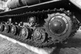 Metall hjul och caterpillar tank — Stockfoto