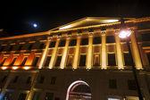 Façade illuminée du bâtiment et de la lune — Photo