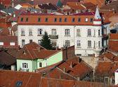 Scène urbaine à travers une zone montrant les toits construite — Photo