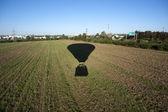 Ver os do balão com a sua sombra no campo abaixo — Fotografia Stock
