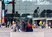 Young people waiting in front of the Berlin Hauptbahnhof — Photo