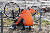 A man has a mishap on his bike tires — Stock Photo