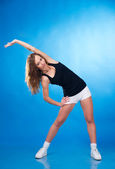 Athletic woman does exercise — 图库照片