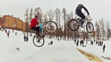 Bikers snow jumping — Stock Video