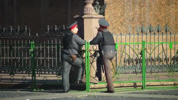 Deux policiers le chat — Vidéo