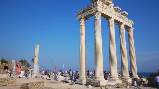Touristen in der nähe von ruinen — Vidéo