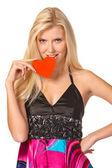 Rubia joven sosteniendo un corazón rojo — Foto de Stock