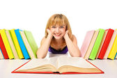 Portrait d'un jeune étudiant couché et lecture d'un livre — Photo