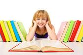 Retrato de una joven estudiante de mentira y leyendo un libro — Foto de Stock