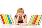 Portret młodego studenta do czytania książki, leżącego na podłodze — Zdjęcie stockowe