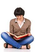 Bir yere oturmak ve izole kitap okumak çok güzel öğrenci — Stok fotoğraf
