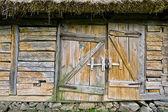 Abandoned barn vintage wooden door. Photo of rustic house entran — Stock Photo