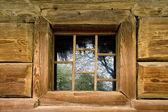Abra a janela de madeira no muro da prisão amarelo — Fotografia Stock
