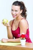 ładna kobieta jedzenie jedno zielone jabłko — Zdjęcie stockowe