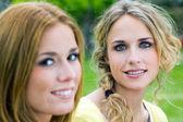 Irmãs adultas jovens no parque — Foto Stock