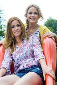 Hermanas jóvenes adultos en el parque — Foto de Stock