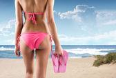 Mujer con flip flops en la playa — Foto de Stock