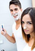 Genç çift banyoda eğleniyor — Stok fotoğraf