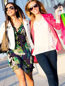 Two young friends shopping together — Foto Stock