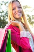 都市のショッピングの金髪の若い女性 — ストック写真