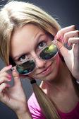 幸福的年轻女人,带着相机的镜头的太阳镜 — 图库照片