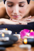 Entspannende hübsche junge frau im spa — Stockfoto