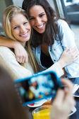 Drei freunde fotografieren mit einem smartphone — Stockfoto