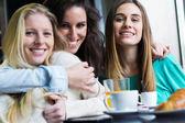 Drei junge frauen, die mit kaffeepause — Stockfoto