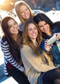 A group of friends taking photos with a smartphone — Foto Stock