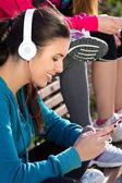 Linda garota ouvir música com smartphone após o exercício — Foto Stock