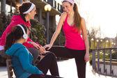 Sportswear de whit três amigos a falar após o exercício — Foto Stock