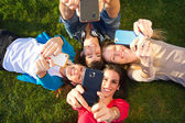 Un gruppo di amici, scattare foto con uno smartphone — Foto Stock