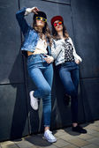 Meninas lindas com jeans terno em um meio urbano — Fotografia Stock