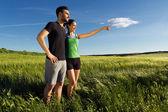 Casal jovem feliz na zona rural — Foto Stock