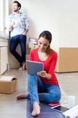 Giovane coppia con tavoletta digitale nella loro nuova casa di riposo — Foto Stock