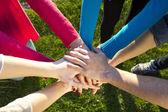 Grupo de amigos se acumulam mãos como unidade juramento — Foto Stock