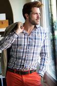 Elegante jonge knappe man. — Stockfoto