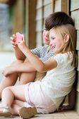 快乐年轻的兄弟与她的智能手机拍照以 p — 图库照片