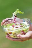 Yeşil salata, açık havada tutan güzel genç kadın — Stok fotoğraf