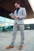 Urban business man with laptop outside in airport — Zdjęcie stockowe